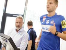 Trainer Thorsten Fink überwacht die Fitness seiner Schützlinge