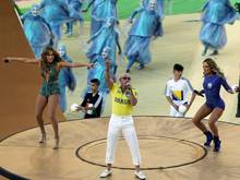 Jennifer Lopez, Pitbull und Claudia Leitte (v.l.) heizen mit ihrem Auftritt das Publikum an. Foto: Mauricio Duenas