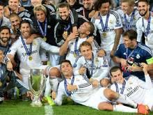 Die Spieler von Real Madrid posieren nach dem Sieg mit Pokal