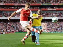 Arsenals Mathieu Debuchy (l) fällt länger aus