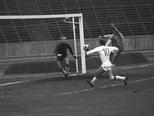 Lothar Zeh (M.) von Tasmania Berlin 1965 im Kampf um den Ball mit Braunschweigs Walter Schmidt (r.) und Torwart Horst Wolter