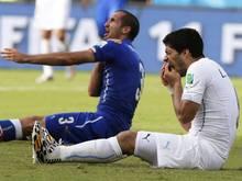 Giorgio Chiellini reklamiert beim Schiedsrichter den Biss von Luis Suárez