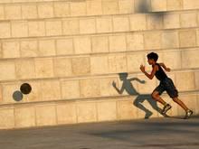 Ein Junge kickt in Nablus im Westjordanland. Deutschland fördert den palästinenesischen Fußball mit 400.000 Euro