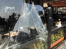 Schalker Fans haben in Thessaloniki die Scheiben eines Cafés zerbrochen