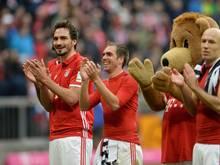Mats Hummels, Philipp Lahm, Maskottchen Bernie und Arjen Robben (l-r) jubeln nach dem souveränen 3:0 gegen Frankfurt