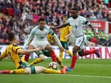 Englands Jermain Defoe (r.) erzielt den Treffer zum 1:0.