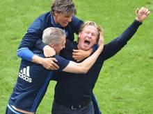 HSV-Trainer Markus Gisdol (r) jubelt über den Klassenverbleib der Hamburger