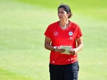 Steffi Jones überwacht das Training der deutschen Nationalspielerinnen