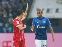 Bayerns Robert Lewandowski (l) diskutiert mit dem Schalker Naldo