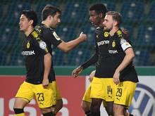 Alexander Isak (2.v.r.) feiert seinen Treffer mit den Dortmunder Teamkollegen Shinji Kagawa, Sokratis und Marcel Schmelzer (v.l)