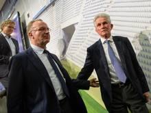 Bayern-Boss Karl-Heinz Rummenigge (l.) geht nicht von einem Verbleib von Trainer Jupp Heynckes aus