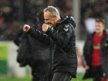 Freiburg-Coach Christian Streich freut sich über den Sieg seiner Elf gegen RB Leipzig