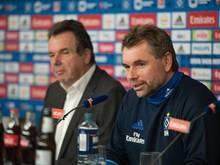 HSV-Vorstand Heribert Bruchhagen stellt Bernd Hollerbach (r) als neuen Cheftrainer vor.