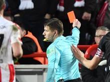 Schiedsrichter Patrick Ittrich (M) stellte Philipp Hosiner von Union Berlin mit einer Roten Karte vom Platz.
