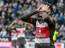Cenk Sahin hat sich beim Spiel des FC St. Pauli gegen den 1. FCHeidenheim verletzt.