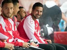 Kölns Claudio Pizarro (r.) sitzt auf der Bank. In Bremen wird der Rückkehrer besonders im Fokus stehen
