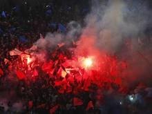 PSG-Fans zündeten zu Spielbeginn in Paris bengalisches Feuer