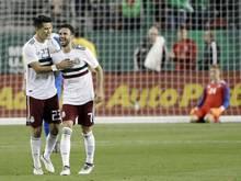 Miguel Layun (2.v.l) jubelt mit seinem Teamkollegen Jesus Molina (l) über einen Treffer für Mexiko im Test gegen Island.