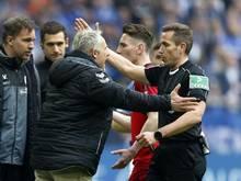 Schiedsrichter Tobias Stieler diskutiert heftig mit Freiburgs Trainer Christian Streich