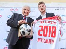 Der russische Boschafter in Deutschland, Sergej Netschajew, überreicht Timo Werner den offiziellen WM-Ball