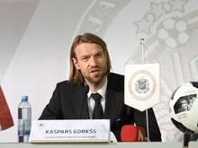 Kaspars Gorkss spricht auf der Pressekonferenz nach seiner Wahl zum neuen Präsidenten des lettischen Fußballverbands