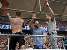 Auf dem Podest der Kapos vor der Schalke-Kurve:Trainer Domenico Tedesco (M.)