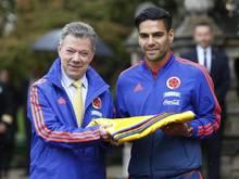Kolumbiens Präsident Juan Manuel Santos (l.), und der Kapitän der Nationalmannschaft, Radamel Falcao