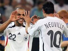 Sein größterMoment: David Odonkor (l.) freut sich mit Oliver Neuville beim WM-Spiel gegen Polen