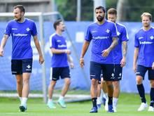 Darmstadts Kevin Großkreutz (l.) und Aytac Sulu (M) sowie weitere Mannschaftskollegen auf dem Trainingsplatz