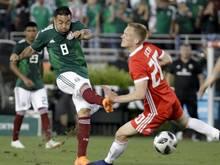 Mexikos Marco Fabián (l.) richtet seinen Blick bereits auf das kommende Gruppenspiel