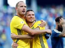 Schweden-Kapitän Andreas Granqvist (l.) will auch gegen die DFB-Elf über einen Sieg jubeln