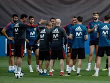Spaniens Trainer Fernando Hierro (l.) schwört das Team aufs letzte Gruppenspiel ein