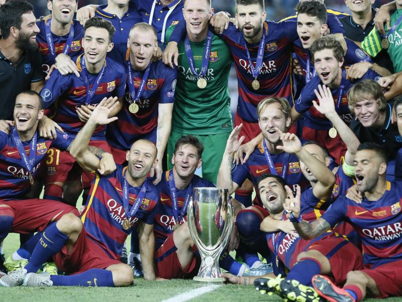 Die Spieler des FC Barcelona feiern die Sieg im UEFA-Super-Cup-Finale