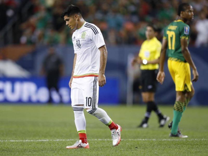 Mexikos Martín Barragán (l.) verlässt nach dem 0:0 gegen Jamaika enttäuscht den Platz