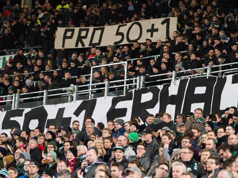 Fans von Hannover zeigen Plakate mit der Aufschrift