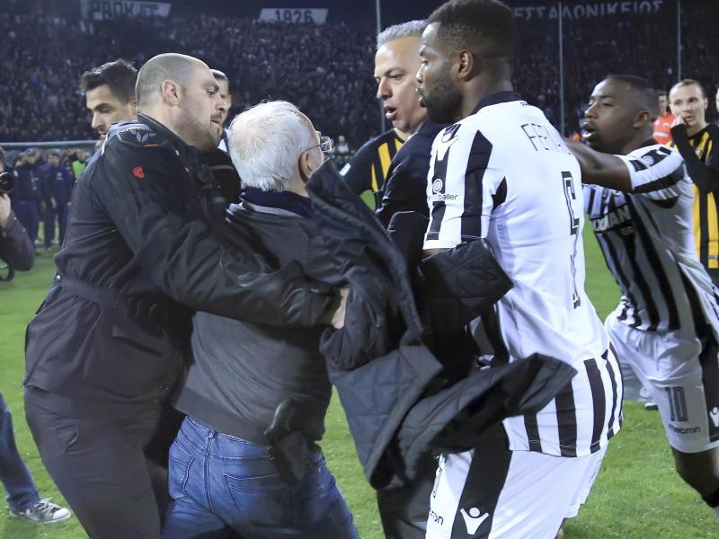 PAOK-Boss Ivan Savvidis (2.v.l) stürmte beim Spiel gegen AEKAthen bewaffnet auf den Platz