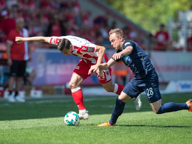 Der Berliner Steven Skrzybski (l.) im Zweikampf mit Arne Feick aus Heidenheim