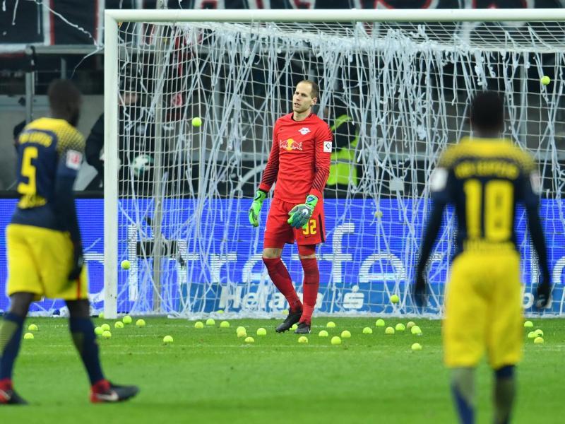 Eintracht-Fans protestierten mit Tennisbällen gegen Montagsspiele
