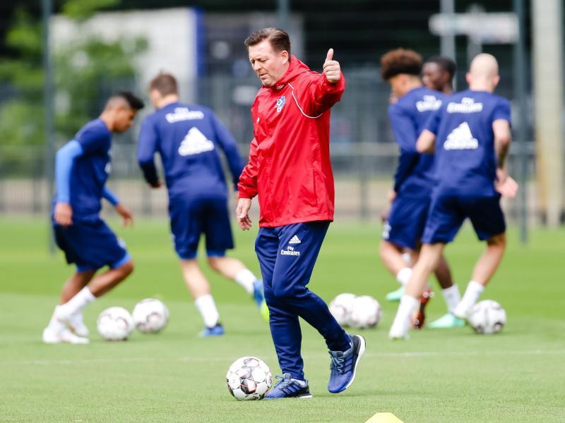 HSV-Trainer Christian Titz bat seine Spieler zum Trainingsauftakt