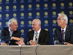 Die FFA stellt seinen künftigen Nationaltrainer Graham Arnold (Mitte) vor
