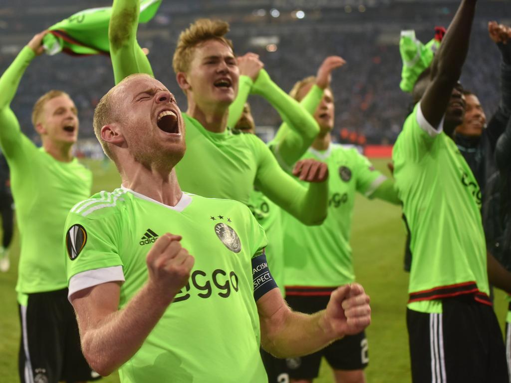 Intense vreugde bij Donny van de Beek, Davy Klaassen en Matthijs de Ligt (v.l.n.r.) nadat Ajax ten koste van Schalke 04 de halve finale heeft bereikt. (20-04-2017)