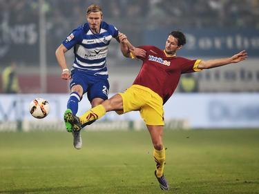 Thomas Meißner (l.) namens MSV Duisburg in duel om de bal.