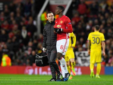 Pogba sale del terreno de juego tras su lesión. (Foto: Getty)