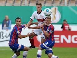 Dženis Burnić (M.) setzte sich mit dem VfB Stuttgart erst im Elfmeterschießen durch