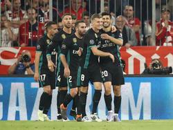 Toni Kroos (2.v.r.) beglückwünscht Reals Siegtorschütze Marco Asensio (r.)