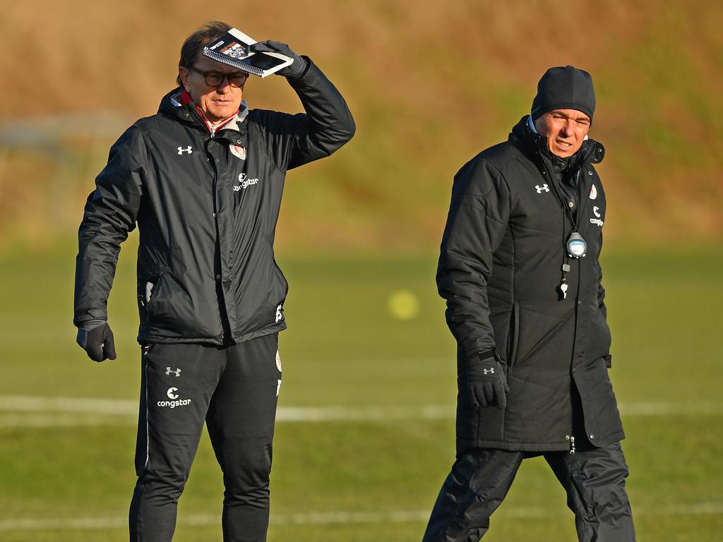 St. Paulis neuer Cheftrainer Olaf Janßen (r.) will
