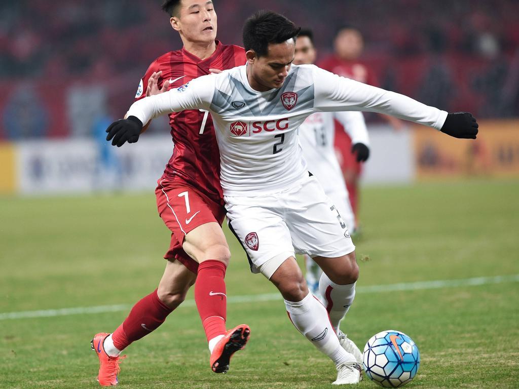 Perapat Notchaiya von Muangthong United (v.) wird vorzeitig Meister