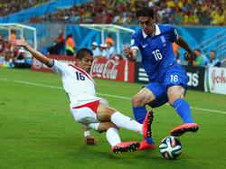 Costa Ricas Cristian Gamboa (l.) riskiert gegen Griechenlands Lazaros Christodoulopoulos alles