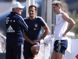 Bayern-Sportdirektor HasanSalihamidzic (M.) äußert sich zu Robert Lewandowski (r.)