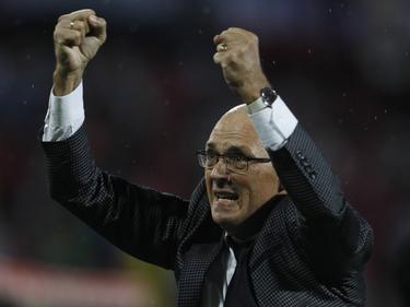 El técnico de Emelec, Alfredo Arias, celebra el pase a octavos. (Foto: Imago)
